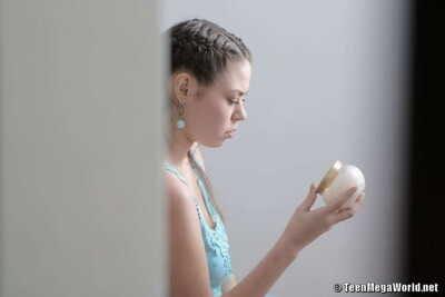 صغيرتي في سن المراهقة ترتدي لها الشعر في مرنة الضفائر حتى كما يجري متحمس :بواسطة: المدلك