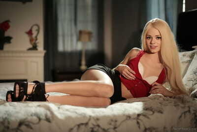 Babe in heats Elsa Jean removes undies to pose without clothes and play slutty on livecam