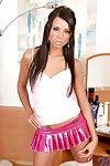 Sauvage brun cheveux ashley bulgari dans rose minijupe et Résille bas promenades matrimonial appareil