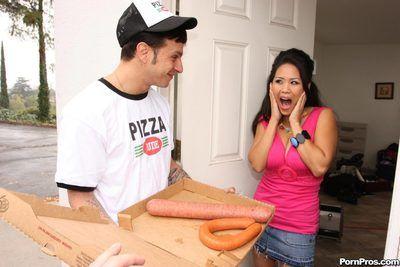 البيتزا مسمار sub يعطي صعبة السجق إلى الشهوانية اليابانية bombita جيسيكا بانكوك