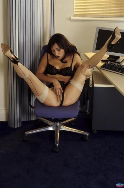 非传统的 黑暗 头发 色情明星 洛克希 Jezel 在 热 尼龙 摩擦 她的 混蛋 在 的 工作 的地方