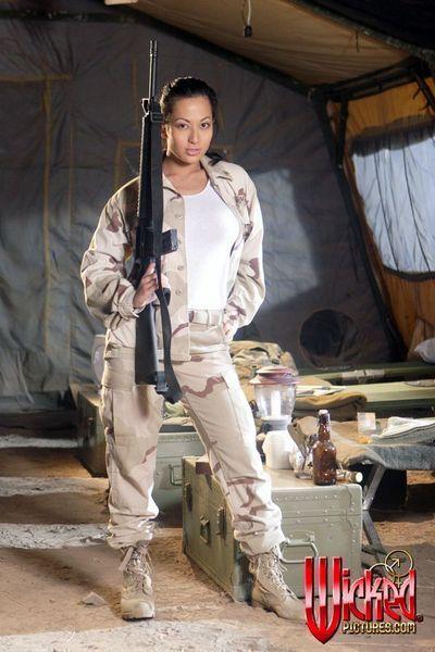 اليابانية العسكرية الأميرة جيانا لين فقدان قبالة الملابس و يضم على الحقيقي رطبة سلاح