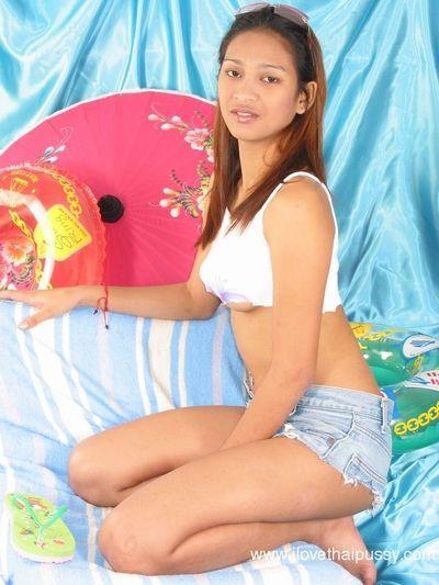 جميلة التايلاندية في سن المراهقة في نظارات تتعرى جردت إلى تضخيم أشعث مشرك