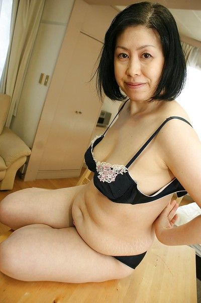 Oriental milf Toyomi Furui shows us her sweet wide-opened vagina!