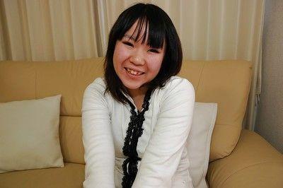 Восточной молодой Тихиро Танабе раздевание и Растяжка ее пизда губы в Рядом вверх