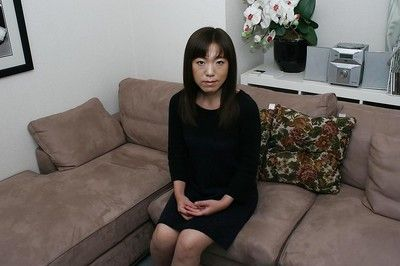 复盖 贝贝 Kazue 滨野 是 透露 她的 东 卷毛 莫夫 在 靠近 起来