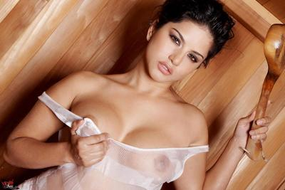 Asian babe Sunny Leone is dilatation widely and furiously rubbing be transferred to hot cunt