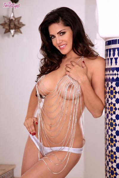 Crave legged brunette up heavy melons Sunny Leone is erotically carrying-on up will not hear of shaved cunt