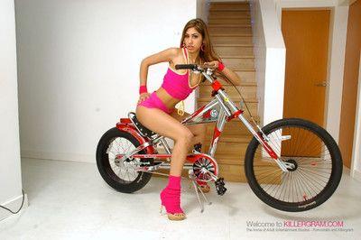 teensyweensy भारतीय बेब सहारा Knite सवारी एक लंड जब तक यह फट से संबंधित करने के लिए उसके प्रेट