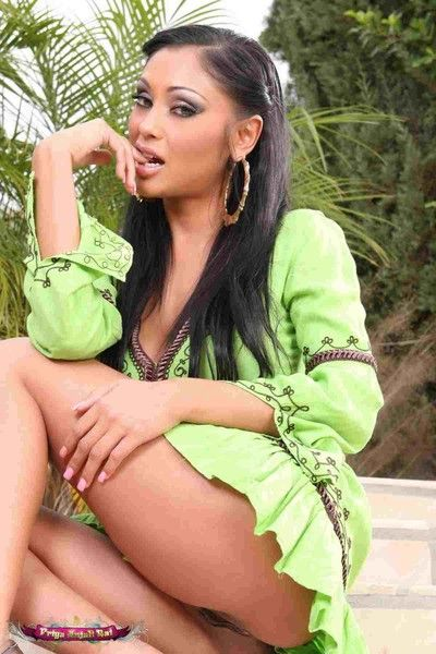 Gorgeous indian babe priya looking hot connected with green