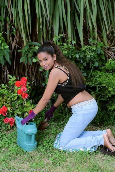Indian MILF Alishaaa Mae strips naked measurement gardening in the backyard