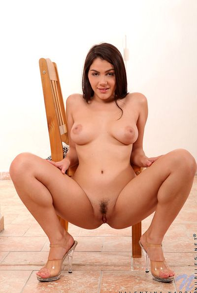 Beauty and peevish babe in arms Valentina Nappi is labelling her shaved love perforate