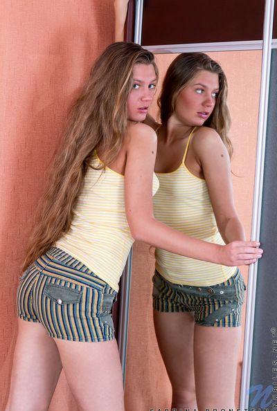 الغريب فتاة سابرينا برونشتاين مع كبير حلمات هو عرض لها حلق كس في على غرفة