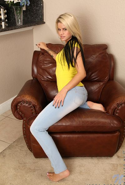 Smoking hot cutie Jessa Rhodes roughly blue jeans is fingering her kitty indoors
